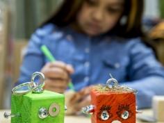 Kinderen knutselen voor kinderen tijdens Zeldzame Ziektendag