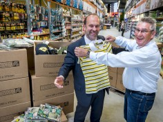 Hornbach Alblasserdam doneert kleding voor Afrika